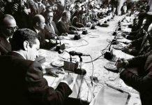 """(C) Manuel López. Adolfo Suárez firma de los Pactos de la Moncloa. Madrid, 25 de octubre de 1981. De la exposición """"Manuel López 1966-2006"""""""