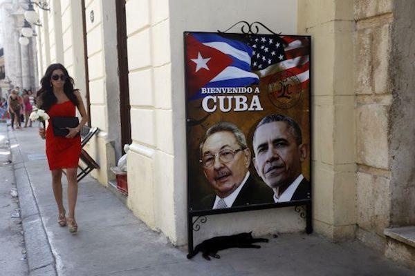 La imagen de Raúl Castro y Barack Obama decoran la fachada de un edificio en el centro histórico de La Habana Vieja. El 17 de diciembre de 2014, Crédito: Jorge Luis Baños/IPS