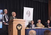 J. Covarrubias entrega Premio E.A.Imbert a Matias Montes Huidobro