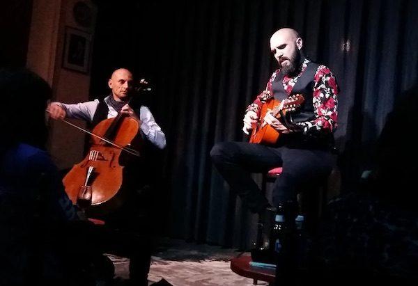 Dani Bonilla y el chelista Watios en concierto