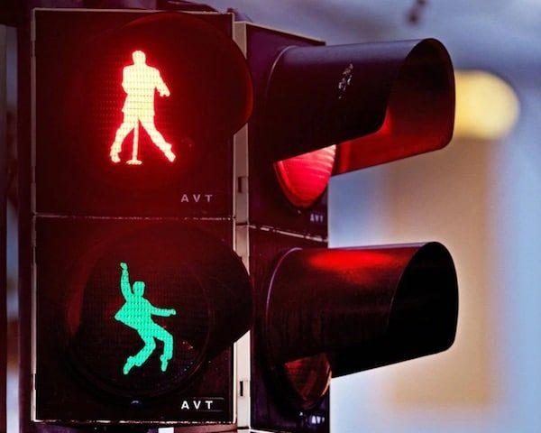 Semáforos en Friedberg, Baviera, Alemania, recuerdan a Elvis Presley