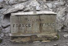 Antiguo mojón en el col del Agnel que marca la frontera entre Francia e Italia