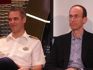 Adam M. Goldstein con el capitán de uno de sus barcos
