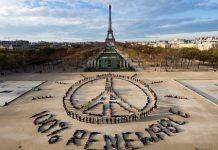 Acción de Greenpeace en París con motivo de la COP21