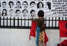 Pancartas con los rostros de personas desaparecidas durante el conflicto armado interno de Guatemala.