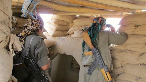 Las mujeres también están presentes en la línea de combate frente al Estado Islámico, en Kirkuk, en la región autónoma kurda de Iraq, en el norte del país. Crédito: Karlos Zurutuza/IPS