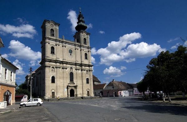 Iglesia armenia de Santa Isabel en la plaza principal de Dumbrăveni