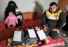 Islam y Nidal al-Saiqli con sus hijos