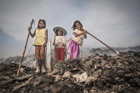"""Fotografía de la serie """"The Children of the Dumpsite"""", de Javier Sanchez-Monge Escardó."""