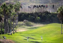Personas indocumentadas que quieren entrar en Melilla quedan atrapadas en las vallas fronterizas junto al campo de golf español. (C) José Palazón / Pro.De.In