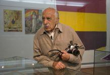 El fotoperiodista Julio Mayo en la Casa Museo Casares Quiroga con la bandera de la república. Foto Xurxo Lobato