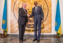 El presidente de Ruanda, Paul Kagame saluda al enviado especial de la ONU para el Sahara, Horst Kohler.