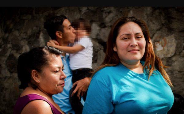 Katy Rodríguez se reúne con familiares, uno de los que carga en brazos a su hijo de tres años, tras salir del Centro de Atención al Migrante, en San Salvador. Madre e hijo fueron separados cuatro meses, tras ingresar en forma irregular a Estados Unidos, como sucedió a miles de familias centroamericanas desde abril. Crédito: Edgardo Ayala/IPS