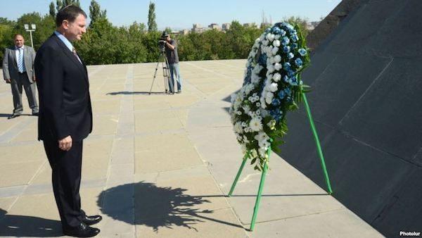 El presidente de la Knesset, Yuri Yoel Edelstein ante el monumento al genocidio armenio en Ereván.