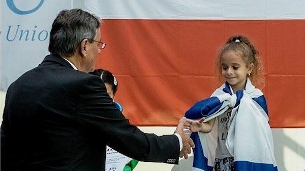 Liel Levitan recibe el premio como campeona europea sub-7 de ajedrez en Cracovia