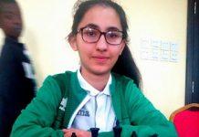 La joven campeona argelina, Lina Nassr ante el tablero.