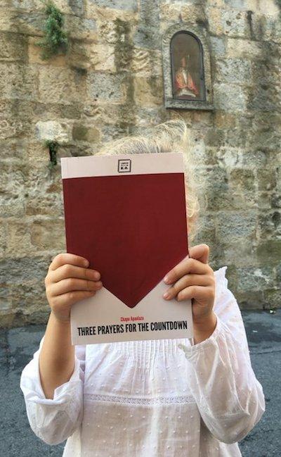Macarena con el libro