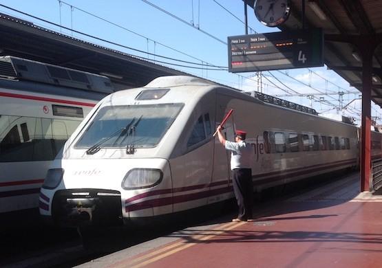 RJC: Un factor de Renfe da la salida a un tren en Chamartín (Madrid)