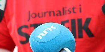 """micro NRK y fondo con las palabras """"periodista en huelga"""""""