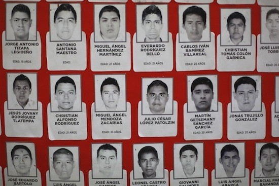 Mural con fotografías de estudiantes normalistas desaparecidos. Foto. Félix Márquez de claroscuro.com