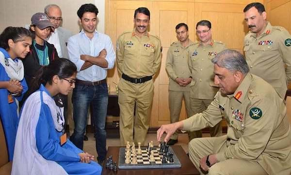 El jefe del Ejército de Pakistán, Qamar Javed Bajwa, juega con una estudiante.