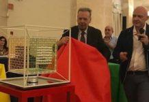 El escritor Paolo Maurensig abre el ajedrez 4D junto a su creador, Gaetano Danzi