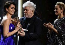 Penelope Cruz recoge el César de manos de Pedro Almodovar y Marion Cotillard