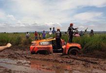La mayoría de pilotos han tenido que bajarse de los autos y luchar contra la tierra mojada para culminar con el recorrido de la segunda etapa. Foto: Sebastián Guayasamín