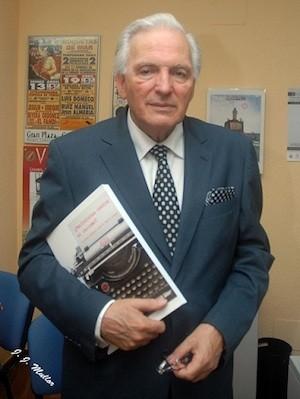 Ramirez Heredia con un ejemplar de las normas de estilo que propone la Unión Romaní para acabar con la xenofobia y el racismo en los medios de comunicación