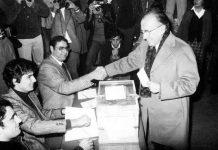 El secretario general del PCE, Santiago Carrillo, vota en el referéndum de la Constitución de 1978