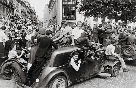 Robert Capa, 26 de agosto de 1944. La alegría de la victoria. © Robert Capa/International Center of Photography, Magnum Photos.