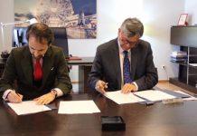 El rector de la Universidad Camilo José Cela, Samuel Martín-Barbero (I), y el embajador ecuatoriano, Miguel Calahorrano (D) firmaron el convenio. Embajada de Ecuador en España