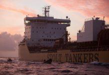 Seis voluntarios de Greenpeace se preparan para abordar un barco petrolero gigante que transporta aceite de palma sucio de Indonesia a Europa en una protesta pacífica contra la destrucción de la selva tropical.