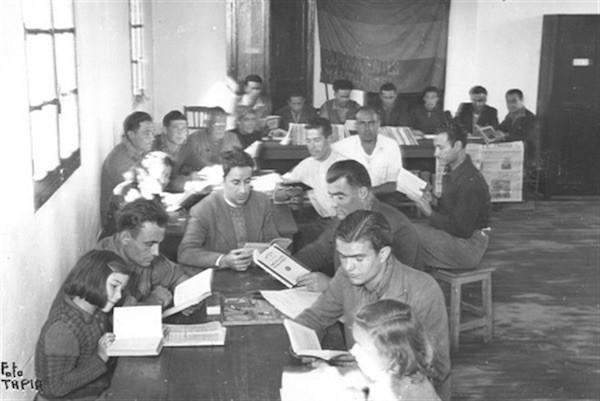 Fotografía de exiliados españoles en el sur de Francia, archivada en el Instituto Cervantes de Toulouse.