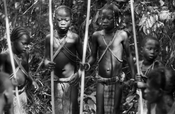 Van der Elsken: cuatro chicas en un ritual de ablación del clítoris. África Central