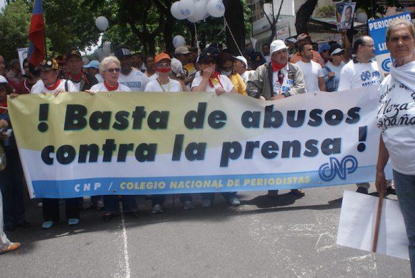 Los periodistas de América Latina se ven forzados a salir a las calles para reclamar respeto para la libertad de expresión, como estos que demandan en Caracas: ¡Basta de abusos contra la prensa! Crédito: Humberto Márquez/IPS