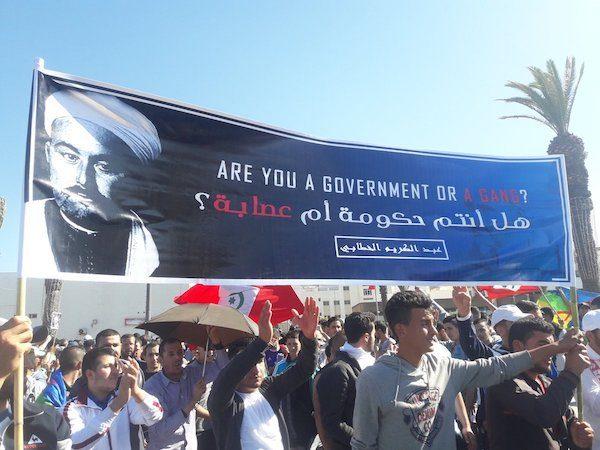 Lema de Abd-el Krim y el movimiento opositor, con la pregunta sois un gobierno o una mafia, en inglés y árabe.