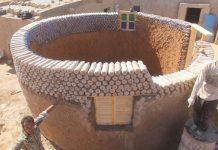 Casa construida con botellas de arena en un campo de refugiados en Tinduf