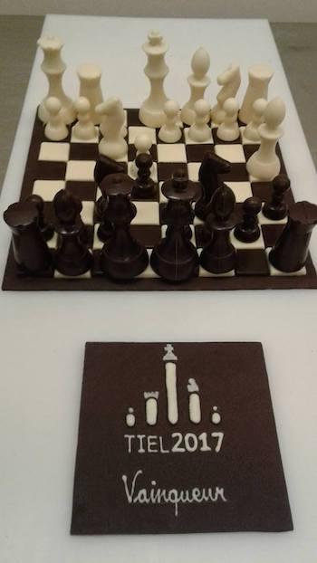 Tablero, piezas y logotipo de chocolate realizado por maestros chocolateros.