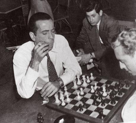 Humphrey Bogart jugando al ajedrez entre rodaje y rodaje