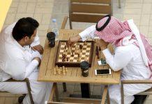 Dos saudíes juegan al ajedrez.