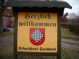 Entrada de bienvenida a Schachdorf Ströbeck con su escudo, un tablero de ajedrez.