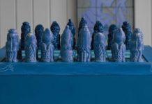 Tablero y pieas del ajedrez azul.