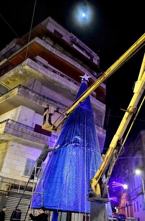 Árbol de Navidad en una céntrica plaza de Alepo
