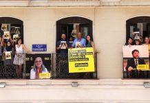 Activistas de Amnistia Internacional en Madrid muestran carteles por la libertad de los activistas turcos de derechos humanos