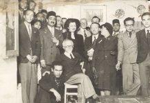 Miembros y simpatizantes de Art et Liberté en la Maison des Artistes, Darb el-Labbana, Citadel, Cairo, 1945. Copia de época de fotógrafo desconocido. Gelatina de plata. Colección Christophe Bouleau, Ginebra.