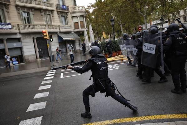 Un policía antidisturbios dispara pelotas de goma en Barcelona. 1 de octubre de 2017. AI/AP Photo / Emilio Morenatti