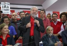 """""""Elección sin Lula es fraude"""", reza un cartel detrás de Luiz Inácio Lula da Silva, durante su comparecencia ante los medios tras ser condenado en primera instancia a nueve años y medio de prisión. Si la sentencia es ratificada por un tribunal de apelación, antes de las elecciones de octubre de 2018, se cerrará su posibilidad de volver a la presidencia. Crédito: Ricardo Stuckert/Fotos Públicas"""