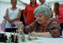 Brigitta Sinka sigue jugando al ajedrez y batió el récord de partidas simultáneas de Capablanca.