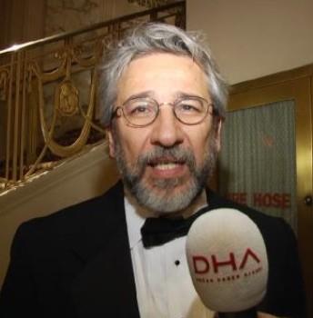 Can Dudar haciendo declaraciones en el acto de entrega del premio del CPJ en Nueva York.